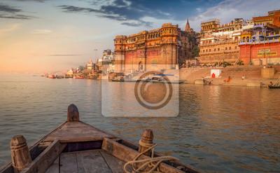 Naklejka Ganges rzeczna łódkowata przejażdżka przy zmierzchem przegapia antycznego Varanasi miasto, India.
