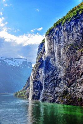 Naklejka Geiranger Fjord z wodospadem w pięknej scenerii