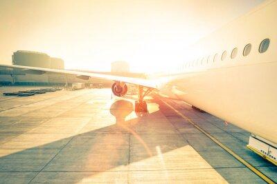 Naklejka Generic samolot na bramie terminalu gotowy do startu - Nowoczesne lotnisko międzynarodowe o zachodzie słońca - Pojęcie podróży dookoła świata emocjonalnego - Szeroki kąt zniekształcenia wzmocnionej su