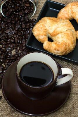 Gorąca kawa z croissant