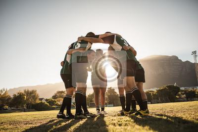 Naklejka Gracze rugby skupieni na boisku sportowym