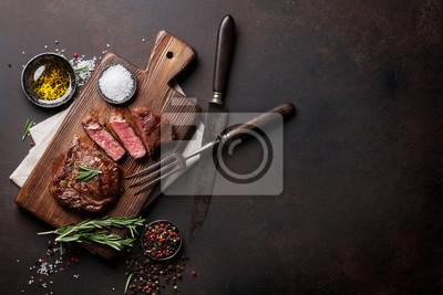 Naklejka Grillowane ribeye stek wołowy, zioła i przyprawy