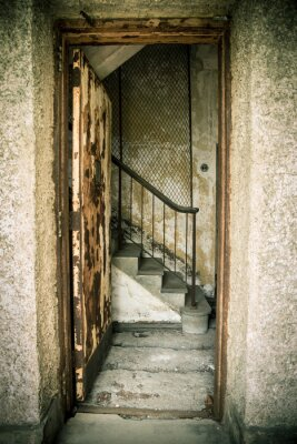 Naklejka Grungy opuszczonych domu z drzwi i schody