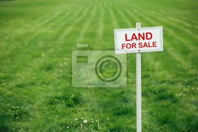 Naklejka Grunt na sprzedaż znak przed przybraniem tle trawnika