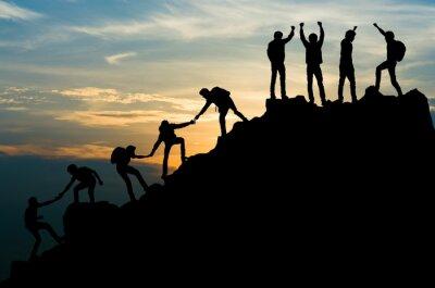 Naklejka Grupa ludzi na szczytowym halnym wsparciu pomaga drużyny pracie, podróżuje trekking sukcesu biznesu pojęcie