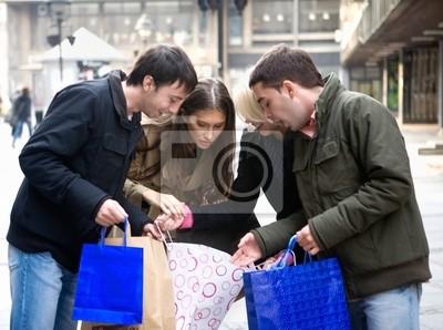 Grupa młodych przyjaciół robi zakupy