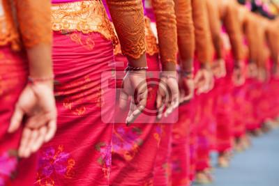 Grupa pięknych balijskich kobiet w kostiumach - sarong, niosą oferować dla hinduskiej ceremonii. Tradycyjne tańce, festiwale sztuki, kultura wyspy Bali i Indonezji. Indonezyjski tło podróży