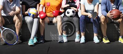 Naklejka Grupa różnych sportowców siedzi razem