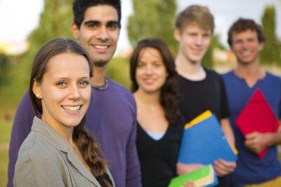 Naklejka Grupa studentów zewnątrz
