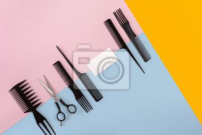 Naklejka Grzebienie i fryzjer narzędzia na widoku z góry tła kolor