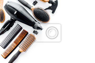Naklejka Grzebienie i fryzjer narzędzia w salonie piękności na białym tle copyspace widok z góry