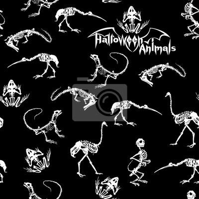 Halloween zwierzęta - białe szkielety gadów (krokodyle, jaszczurki, żaby), małpy i ptaki (strusie i czaple) na czarnym tle. Szwu.