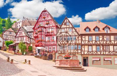Naklejka Hübscher zmieniać Marktplatz im Fränkischen Miltenberg am Main
