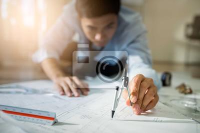 Inżynier asia człowiek dyskusji o budowie planu budowy w miejscu pracy, pracy na biurku.Selective focus