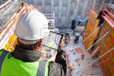 Naklejka inżynier budownictwa lub architekt w harmonogramie kontroli budowy z tabletem