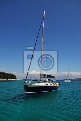 Jacht zakotwiczony u wybrzeży. Azure czysta woda