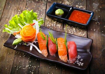 Naklejka Japoński łosoś, tuńczyk sushi i sosem zbliżenie