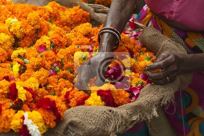 Naklejka jasne kwiaty na uroczystość rytualnego hinduizmie