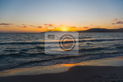 Jasne niebo nad morzem o zachodzie słońca