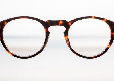 jasne plastikowe okulary patrząc na niewyraźne widzenie, znajdując wyjście