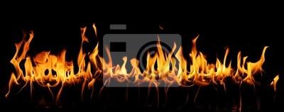 Języki ognia w panoramicznym widokiem na czarnym tle.