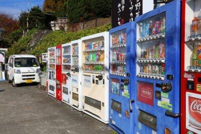 Naklejka KAMAKURA, JAPAN - 3 GRUDZIEŃ 2016: Automaty sprzedające w Kamakura w Japonii. Japonia słynie z automatów sprzedających ponad 5,5 miliona maszyn w całym kraju.