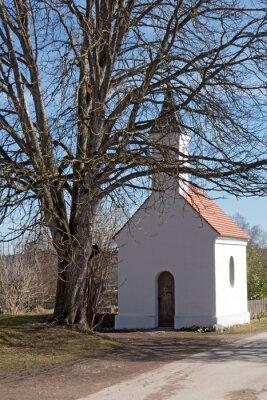 Naklejka Kapelle am Wegesrand unter alter Kastanie