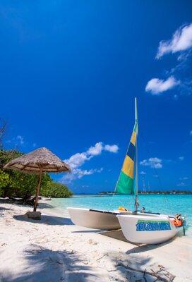 Naklejka Katamaran na tropikalnej plaży wspaniałe