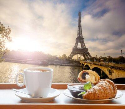 Naklejka Kawa z croissanty przeciwko wieży Eiffla w Paryżu, Francja