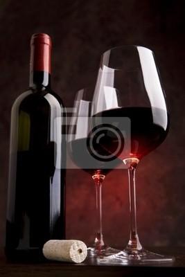 kieliszki do wina na stole