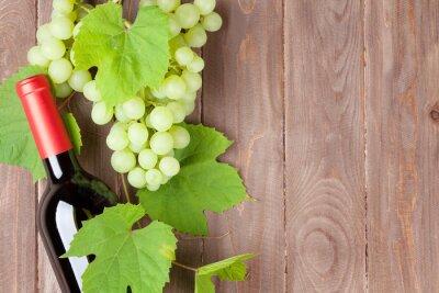 Naklejka Kiść winogron i butelkę czerwonego wina