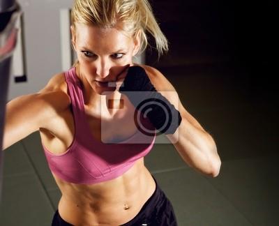Kobieta boksu w sali gimnastycznej