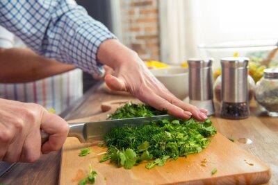 Kobieta cięcia sałatka zieleni