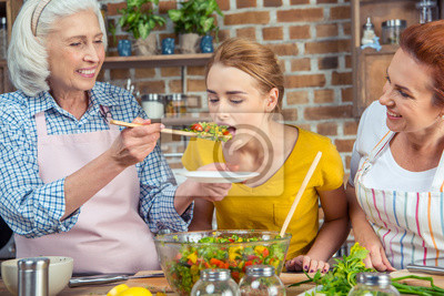 Kobieta degustacji sałatki warzywne