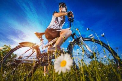 Naklejka Kobieta jedzie na rowerze na zewnątrz