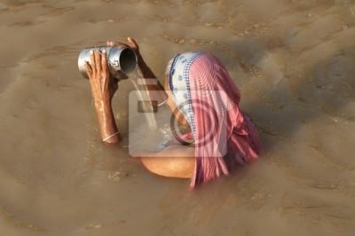 Naklejka Kobieta modląc się w Varanasi