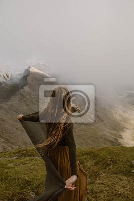 Naklejka Kobieta na szczycie góry w chmurach w Walii