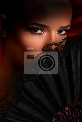 kobieta, obejmujące jej twarz z lacy wentylatora, pokazując jedynie oczy