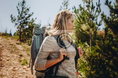 Kobieta odkrywania przyrody podczas wędrówki