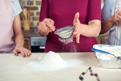 Kobieta przesiewanie mąki