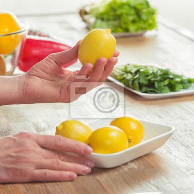 Kobieta ręce inspekcji cytryny