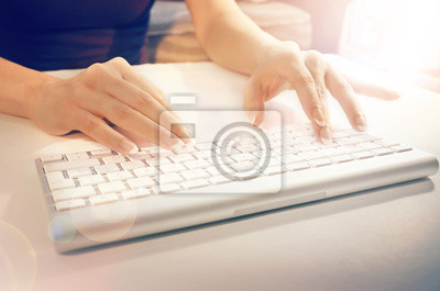 Kobieta ręce pisania na klawiaturze komputera biały