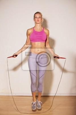 Kobieta sportowiec robi jej trening siłowy