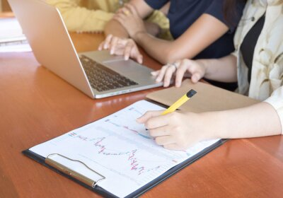 Kobieta strony rysowania wykresu business.Back do szkoły edukacji wiedzy kolegium koncepcji uniwersyteckiej