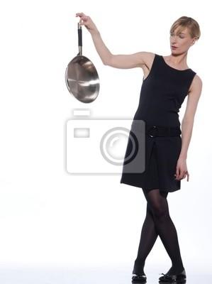 kobieta trzyma patelnię