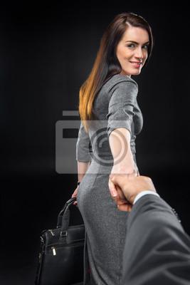 Kobieta trzyma rękę mężczyzny