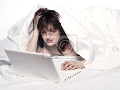 kobieta w łóżku przebudzenie