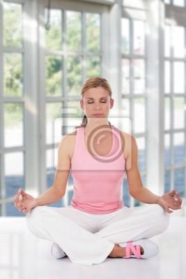Kobieta w ubrania ćwiczeń jogi w centrum spa