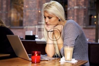 Kobieta z laptopem na cafe