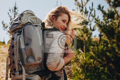 Kobieta z plecakiem wycieczkuje w naturze